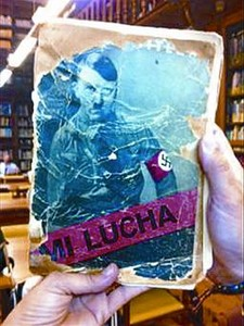 El ejemplar de un texto de Hitler que el acusado ley en la biblioteca.