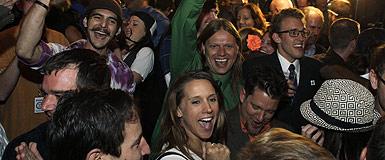 Un grupo de jóvenes celebra la victoria del referendo para legalizar la marihuana con fines recreativos, anoche, en Denver (Colorado). AP