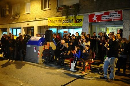 Simpatizantes de la CUP siguen los resultados por TV-3 en su sede del casal independentista de Sants.
