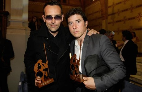 Risto Mejide y Manel Fuentes, con sus premios GoliAD, anoche en Barcelona.