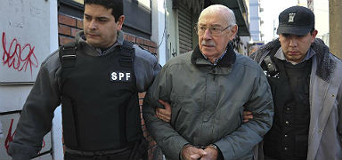 Jorge Videla, custodiado por dos policas en julio del 2012. AP