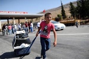 Un ni�o sirio refugiado llega a Rayhanli, en la frontera con Turqu�a.