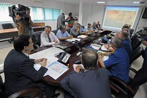 El ministre de Transports dAlgèria, Amar Ghoul, presideix la reunió de la unitat de crisi a laeroport dAlger.