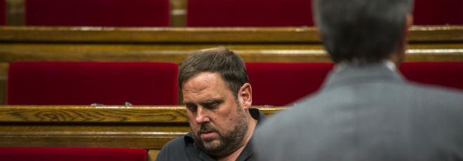 Artur Mas, de espaldas, y Oriol Junqueras, en el Parlament.