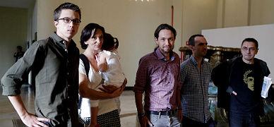 De izquierda a derecha, los dirigentes de Podemos, ��igo Rej�n, Carolina Bescansa, Pablo Iglesias, Luis Alegre y Juan Carlos Monedero, el viernes en Madrid.