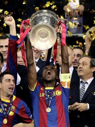 Abidal, eufórico, levanta en Wembley la Champions del 2011, que simboliza su mayor victoria.