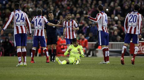 Neymar, sentado en el c�sped del Vicente Calder�n, tras una falta de un jugador del Atl�tico