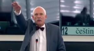 El eurodiputado polaco Janusz Korwin-Mikke haciendo el saludo nazi en uno de los plenos del Parlamento Europeo.