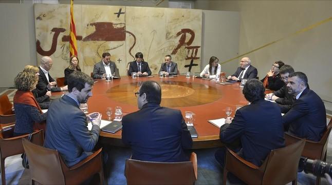Primera reunión del Consell Executiu presidido por Carles Puigdemont.