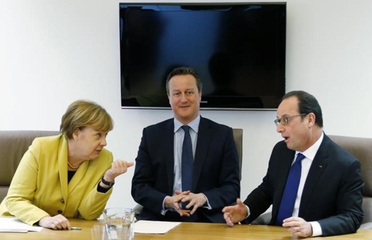 Angela Merkel con david cameron y François Hollande durante la cumbre.