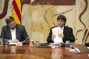 El vicepresident Oriol Junqueras y el president Carles Puigdemont, ayer, en el Palau de la Generalitat.