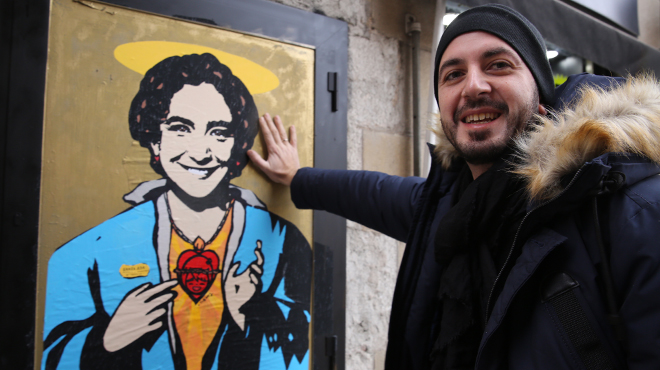 """El artista urbano italiano TvBoy pinta su obra """"Santa Ada"""" en el carrer del Bisbe"""