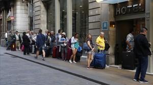 jgblanco38359081 barcelona 09 05 2017 turistas en la calle ferran haciendo co170510133305