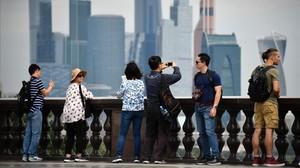 Los turistas contemplan el skyline de Moscú.