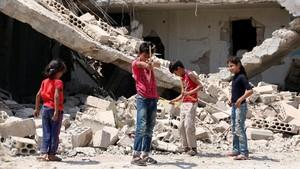 zentauroepp39750378 children play along a street in a rebel held part of the sou170822103540