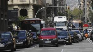 Retenciones de tráfico en la Via Laietana de Barcelona.