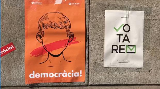 Pegada de carteles en Barcelona a favor del referéndum.