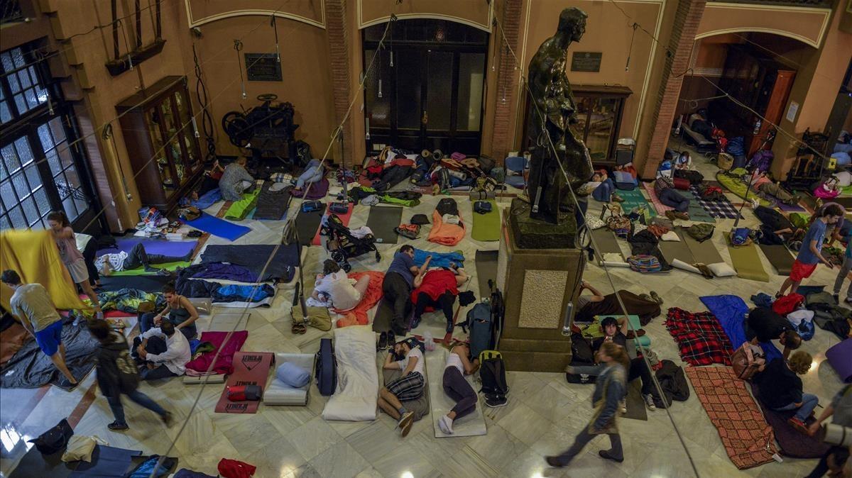 Ocupantes de la Escola Industrial, durmiendo antes del 1-O.