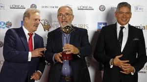 Xavier Sardà, con el Premio Iris, junto a Manuel Campo Vidal y Boris Izaguirre
