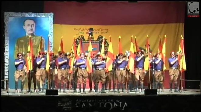 Uns nens desfilen cantant el 'Cara al sol' al carnaval de Santoña