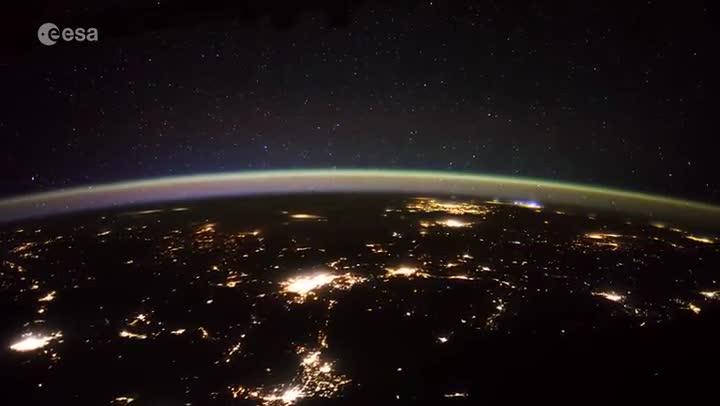 Un astronauta de l'ESA grava estranys objectes mòbils per sobre de la Terra