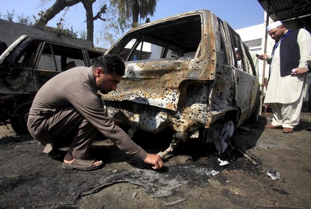 Los talibanes matan a 17 personas en un atentado suicida contra un tribunal en Pakistán