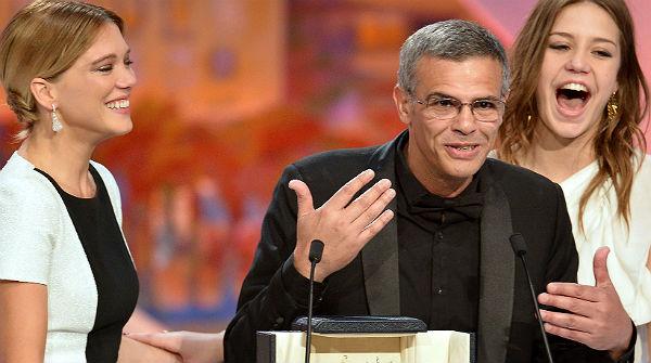 El director Abdellatif Kechiche recoge el premio acompa�ado de las protagonistas de la pel�cula.