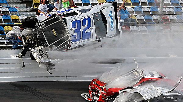 Brutal accidente durante una carrera de la fórmula NASCAR.