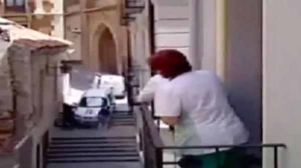 Un conductor confia en el seu GPS i cau per les escales d'un carrer de vianants de Terol