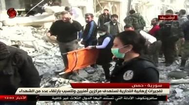 Destrozos causados por el ataque suicida en Homs, en una imagen de vídeo de Al-Ikhabariya Al-Souriya TV, el 25 de febrero.