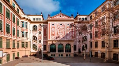 Escola Mil� i Fontanals de Barcelona, proyectada por Josep Goday y con esgrafiados de Francesc Canyellas.