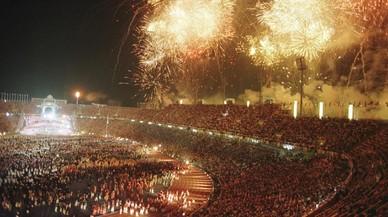 Fuegos artificiales en la ceremonia de apertura en el Estadi Lluis Companys.