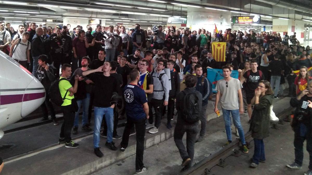Un grupo de manifestantes cortan la vía del AVE en la estación de Sants