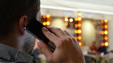 Un hombre atiende una llamada.