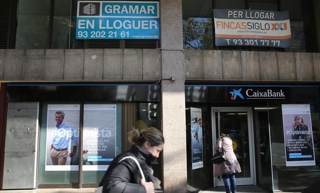 Carteles de pisos en alquiler en Barcelona.