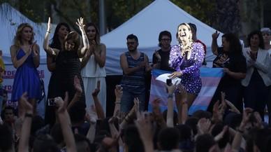 La artista Lara Sajen, con el micro en la mano, durante el preg�n del D�a del Orgullo Gay.