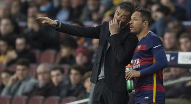 Luis Enrique da instrucciones a Adriano en el Camp Nou.