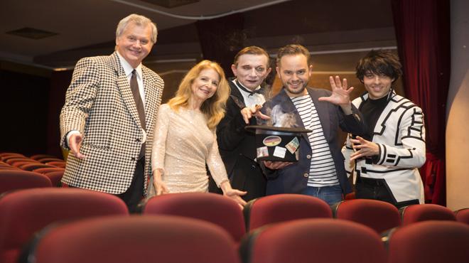 Jorge Blass sostiene una chistera humeante en la platea del Teatre Victòria rodeado por Mike Caveney (izquierda), Tina Lenert, el draculiano Voronin y el catalán Charlie Mag.