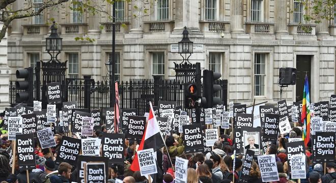 Centenars de britànics protesten davant Downing Street contra un atac a Síria