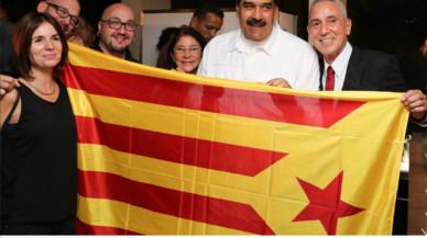 El presidente de Venezuela, Nicolás Maduro, se fotografía con una 'estelada' junto a representantes de Ítaca.