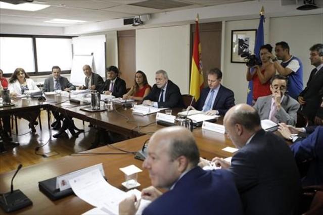 El Gobierno confirma que subirá el salario a los funcionarios en el 2016