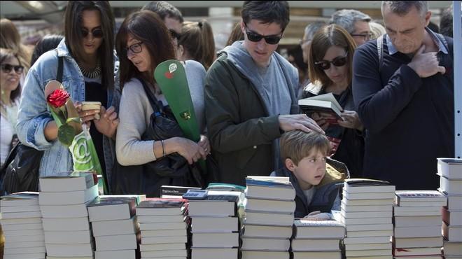 Ambiente en la Rambla Catalunya en el último Día de Sant Jordi.