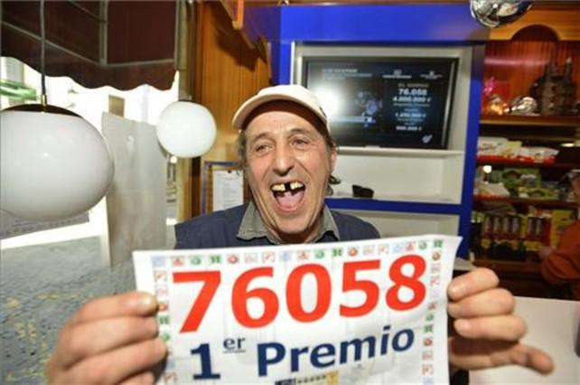 Francisco Castaño, padre de la responsable de un punto de venta en Jaén que vendió por terminal un décimo del número 76.058.