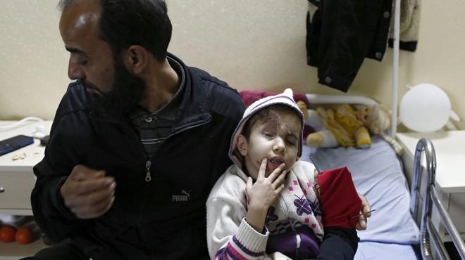 UNOS 70.000 SIRIOS ACAMPAN EN LA FRONTERA TURCA TRAS HUIR DE CHOQUES EN ALEPO