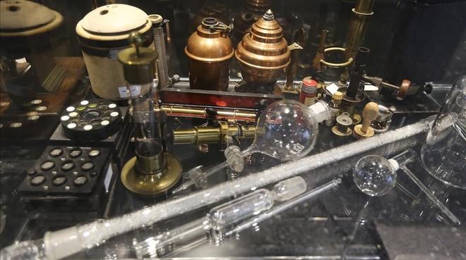 Instrumentos de laboratorio rescatados del anterior edificio, inaugurado en 1887.