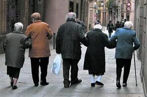 Un grupo de jubilados pasea por el centro de Barcelona.