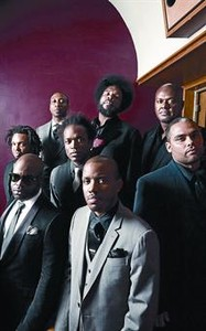 El octeto The Roots, con Questlove al fondo (con permanente afro).