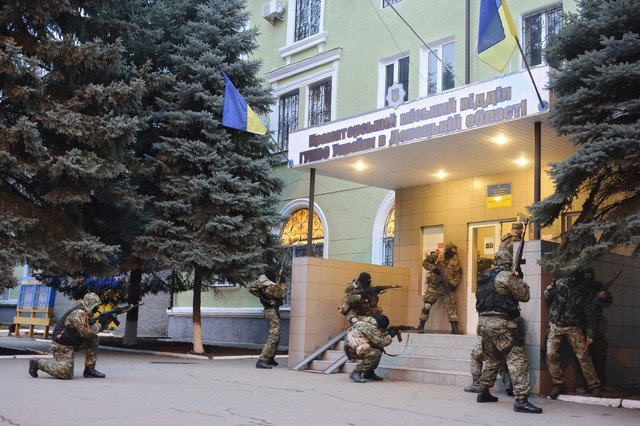 Activistas prorrusos ocupan una comisaría en Kramatorsk.