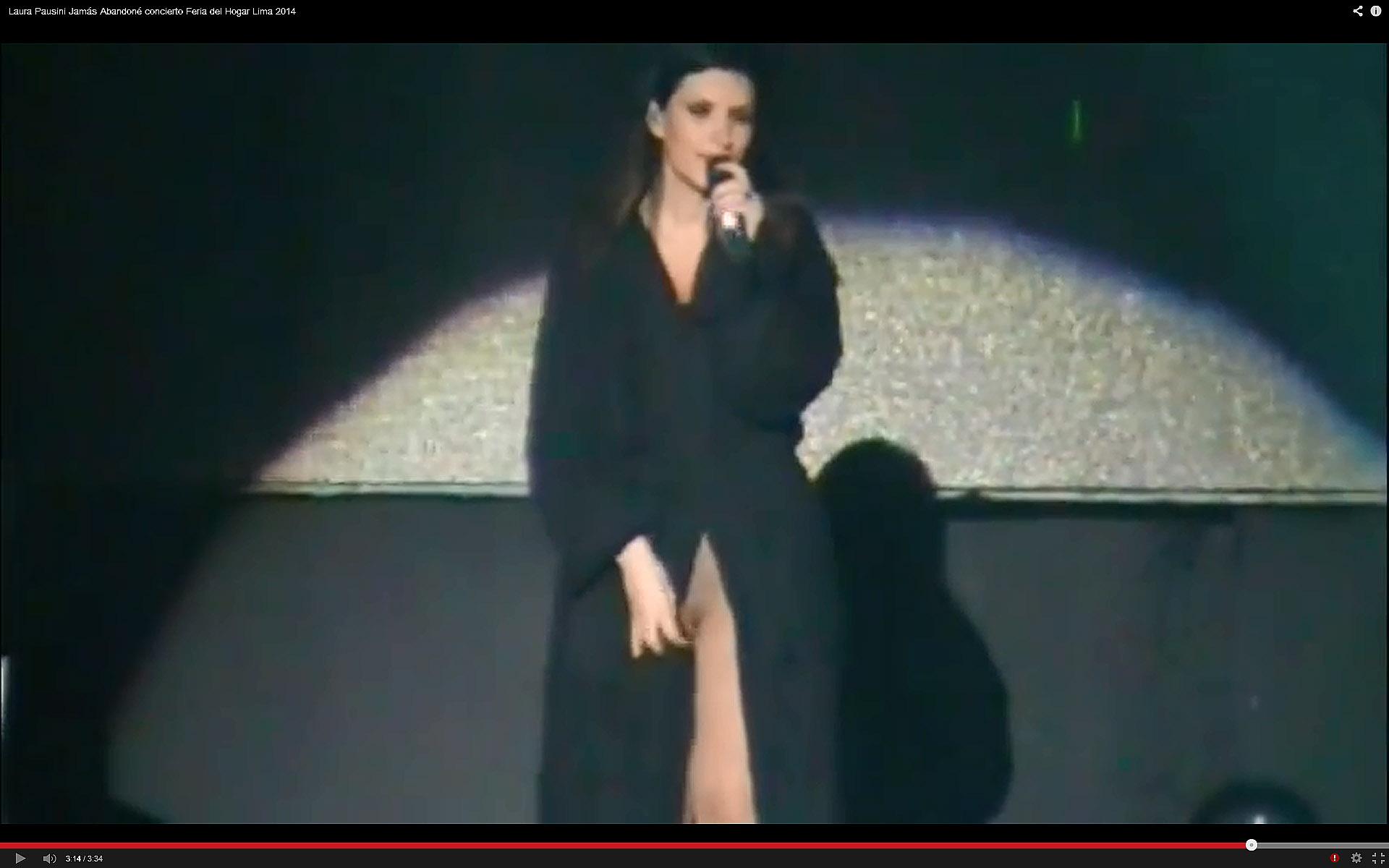 Laura Pausini muestra sin querer sus partes �ntimas durante un concierto en Lima.