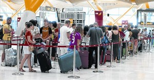 Colas en los mostradores de facturación del aeropuerto de Madrid-Barajas, ayer por la mañana.